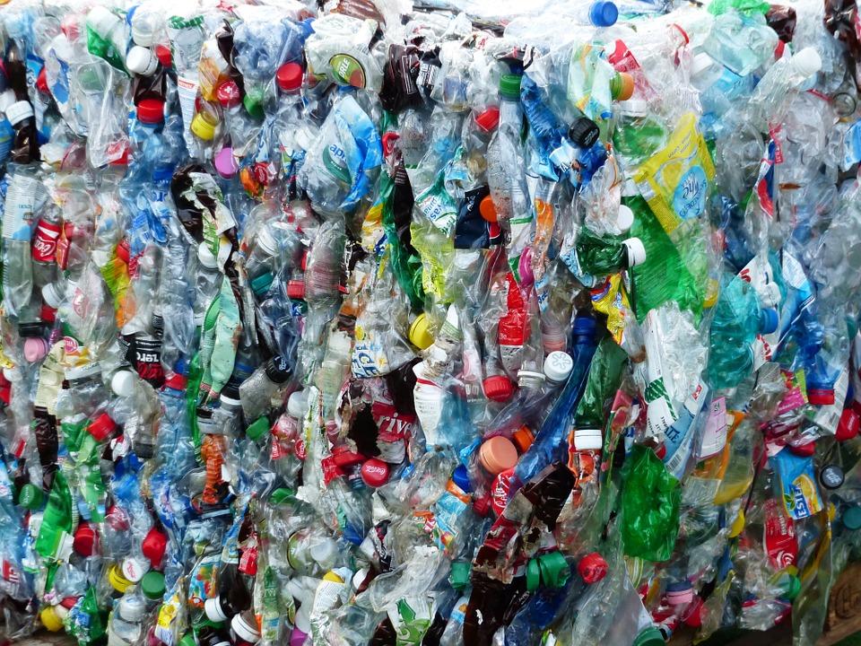 Plastica completamente riciclabile entro il 2030. Lo chiede l'UE