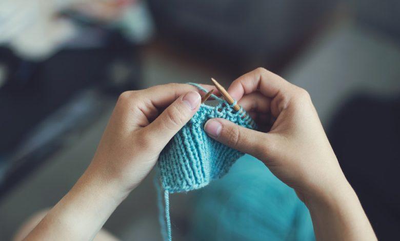 Lavorare a maglia fa bene alla salute: tutti i benefici per corpo e mente