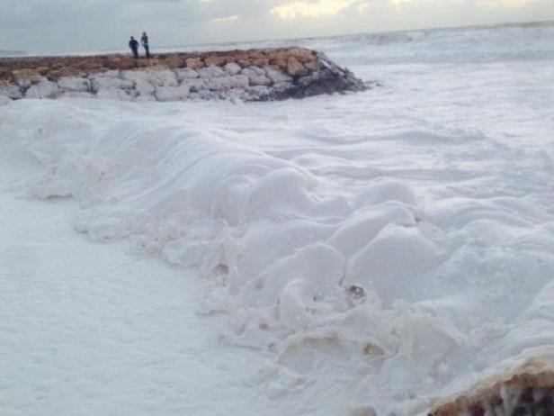 Spiagge libanesi invase da schiuma bianca densa e persistente
