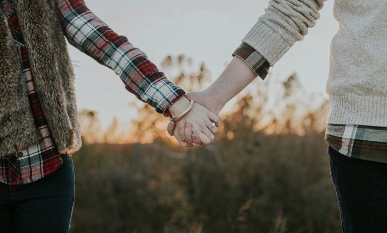 Benessere di coppia: tenersi per mano allevia il dolore