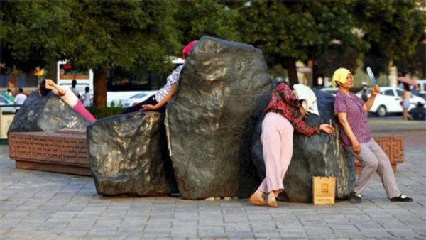 Il metodo cinese contro i dolori articolari: sdraiarsi sulle rocce calde