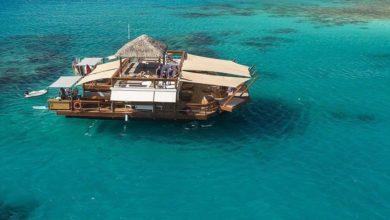 Alle isole Fiji una pizzeria galleggiante in mezzo all'oceano Pacifico