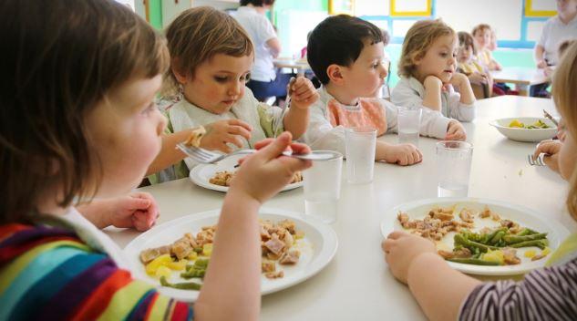 Bambini e alimentazione: quali sono i cibi buoni per i più piccoli e quali quelli da evitare?