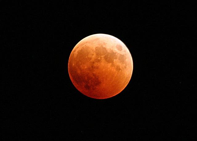 In arrivo l'eclissi totale di luna più lunga del secolo: ecco quando guardare il cielo