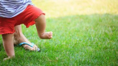 Camminare a piedi nudi: quali sono i benefici del grounding
