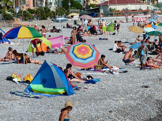 Ombrelloni Da Spiaggia Leggeri.Pranzo Al Mare Ecco Le Regole Di Bon Ton Sotto L Ombrellone