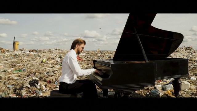 Il pianista che suona sui rifiuti per salvare il pianeta