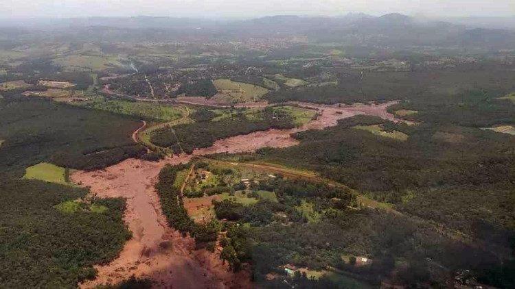 Brasile, crolla la diga di scarti minerari: è disastro ambientale